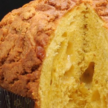 Traditioneller Weicher Salziger Gourmet-Panettone DOP-Taleggio-Käse, Artischocken Und Birnen